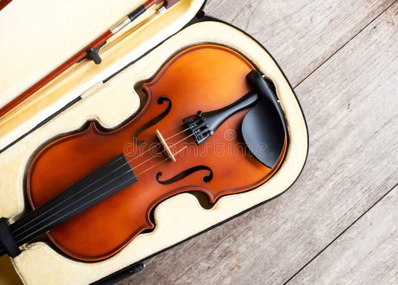 Bruine viool voor het geval dat over houten achtergrond Kunst en muziek backg stock afbeelding