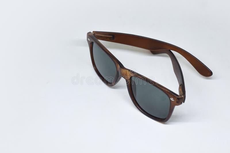 Bruine zonnebril op witte achtergrond stock afbeeldingen