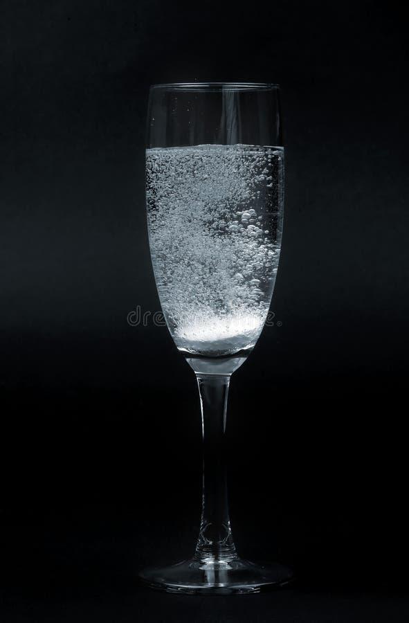 Bruisende pil in glas stock foto's
