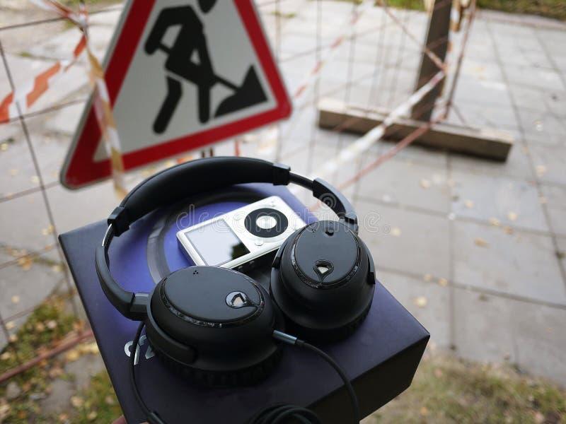 Bruit décommandant des écouteurs Servez à supprimer le bruit externe photos libres de droits