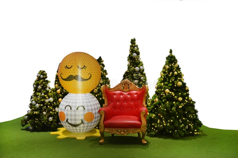 Bruit d'arbre de décoration de Noël et chaise rouge sur le fond photos libres de droits