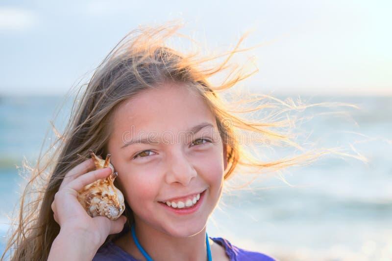 Bruit de écoute de fille des vagues photos stock
