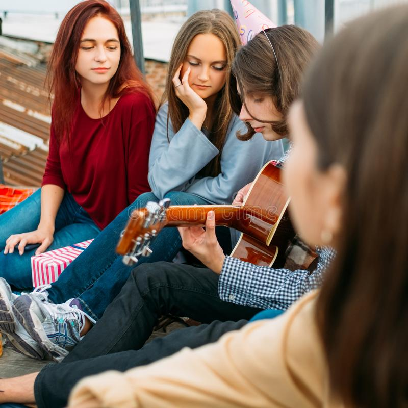 Bruit romantique de mode de vie de musique d'art de guitare de jeu de garçon photographie stock libre de droits