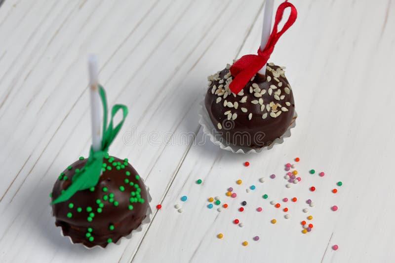Bruits de gâteau décorés d'un arc de tresse photographie stock libre de droits