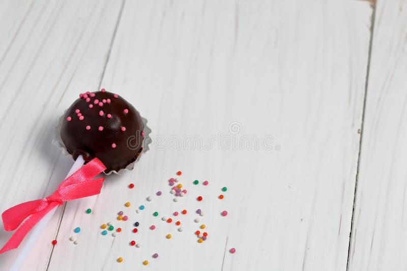 Bruits de gâteau décorés d'un arc de tresse photo stock