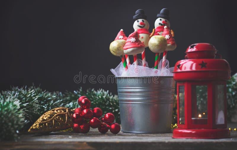 Bruits de gâteau décorés pour Noël, sur le fond foncé photo libre de droits