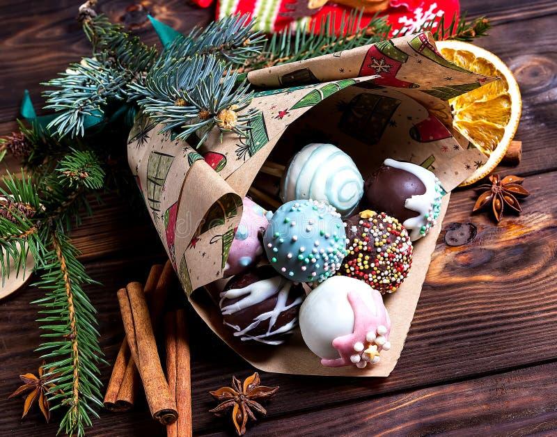 Bruits de gâteau Nourriture douce Fond en bois foncé de Noël Cadeau de Noël images stock