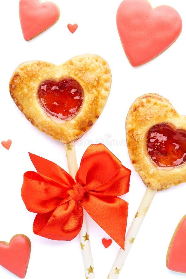 Bruits en forme de coeur de tarte de fraise, biscuits vitrés rouges et sucrerie photo stock