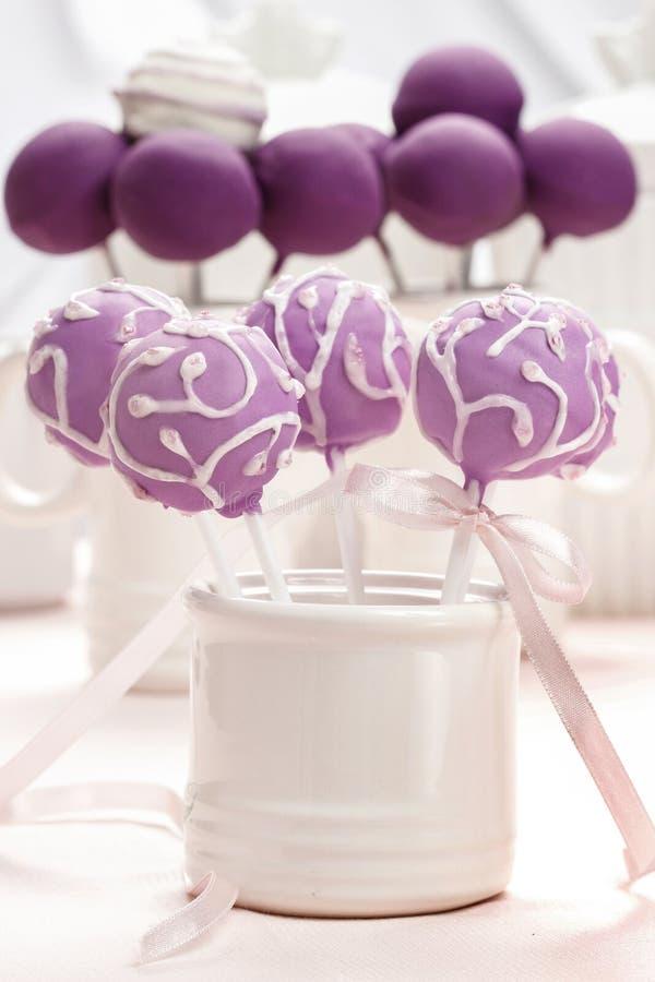 Bruits lilas de gâteau largement décorés du glaçage. photographie stock libre de droits