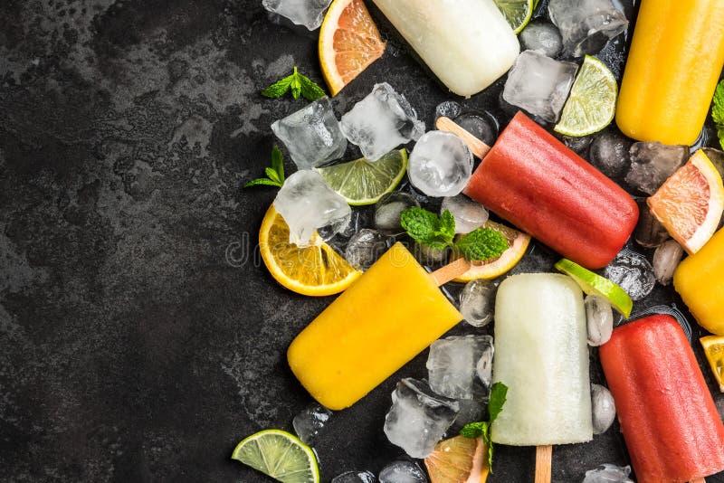 Bruits naturels de glace de jus avec les fruits et la menthe images stock