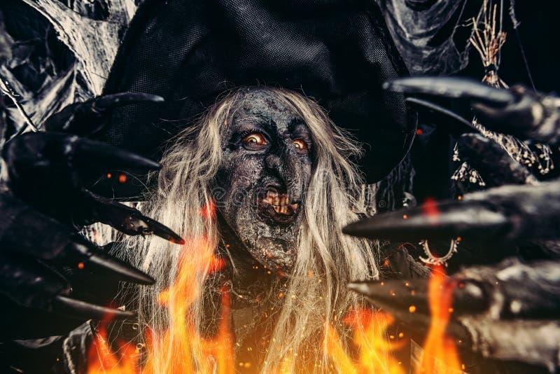 Bruja asustadiza en Halloween fotos de archivo libres de regalías