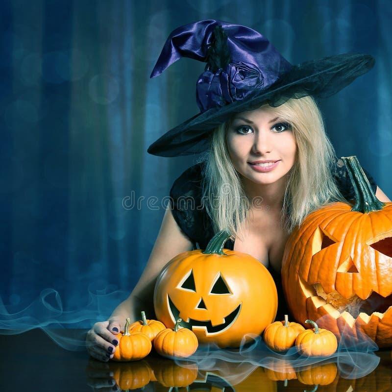 Bruja con las calabazas de Halloween fotografía de archivo