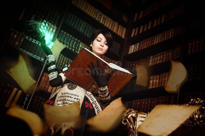 Bruja con los libros imagen de archivo libre de regalías
