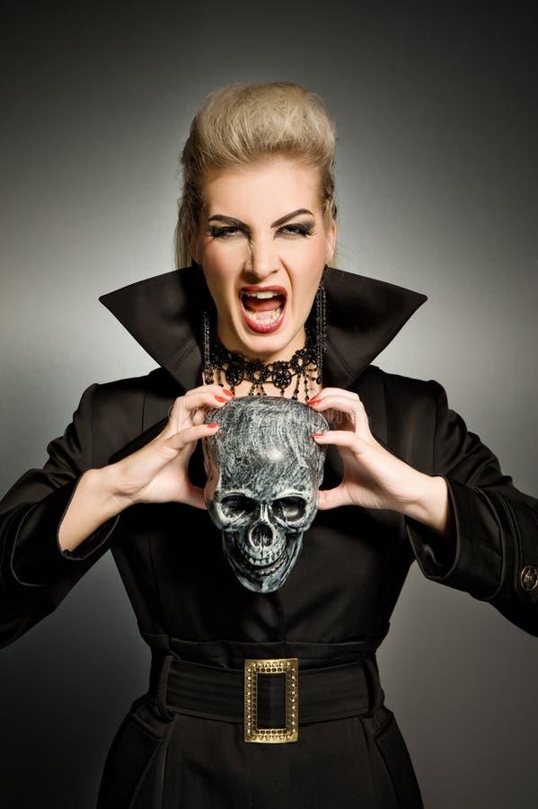 Bruja con un scull fotografía de archivo