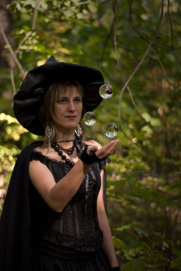 Bruja de Halloween con elevar y mantener flotando a Crystal Balls foto de archivo