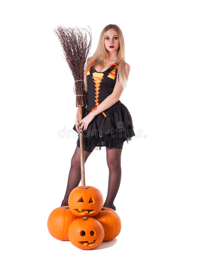 Bruja de Halloween con la calabaza, escoba. foto de archivo libre de regalías
