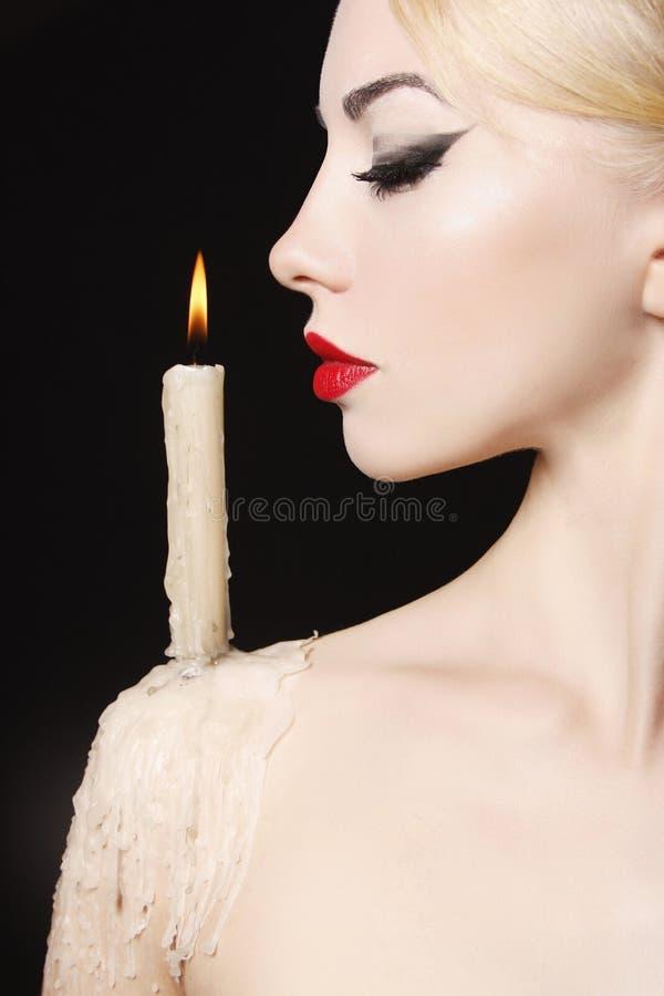 Bruja de Halloween con la vela imagen de archivo