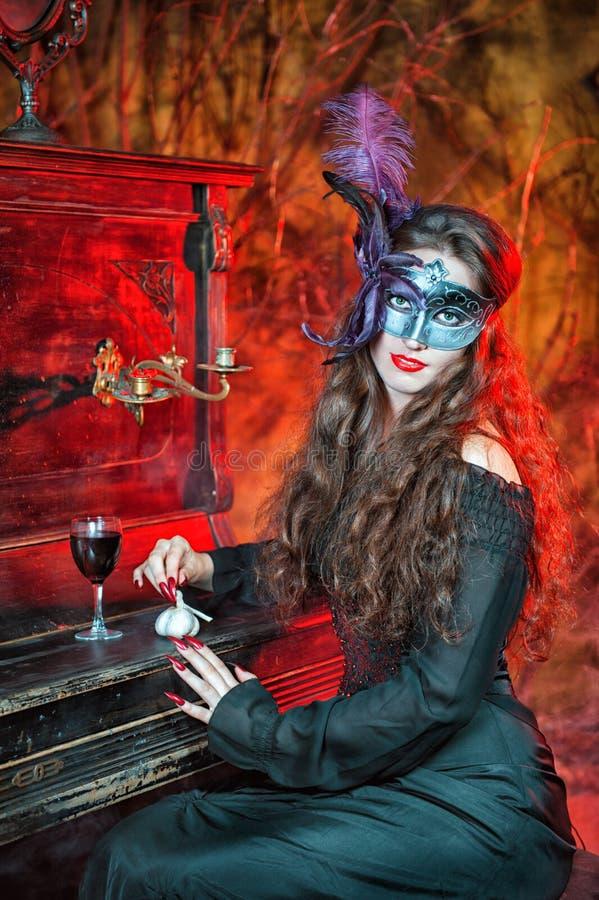 Bruja de Halloween en la máscara fotografía de archivo