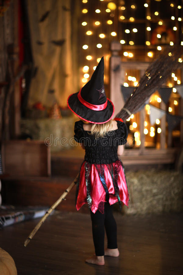 Bruja de la muchacha con el baile de la escoba niñez Halloween imagenes de archivo
