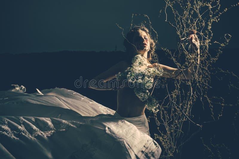 Bruja de Víspera de Todos los Santos bruja de la mujer con los rasgones de la sangre en la noche víspera de Halloween del misteri fotografía de archivo