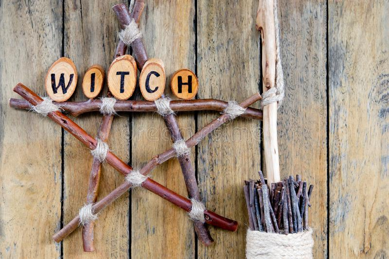 Bruja en Pentagram de la rama con las hierbas secadas, y brujas B de la escoba fotografía de archivo