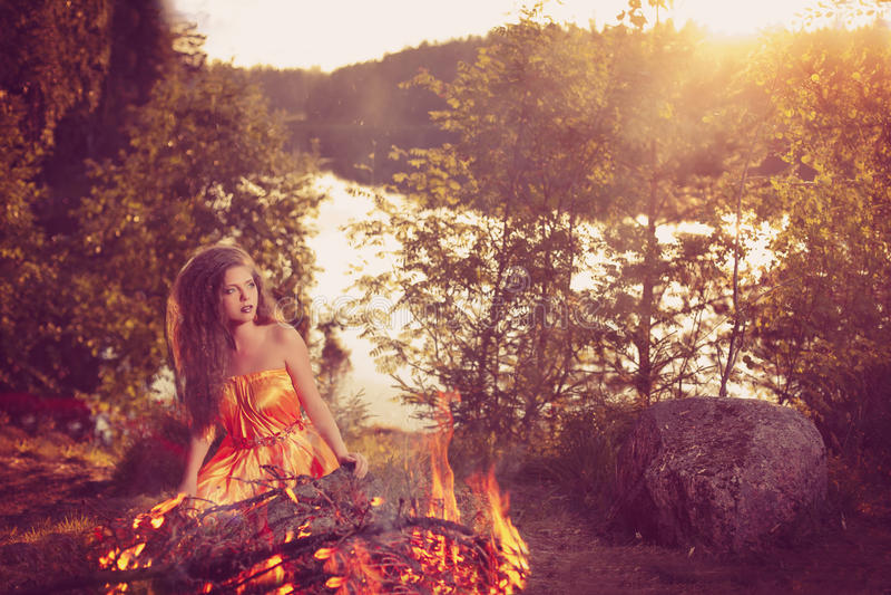 Bruja hermosa en el bosque cerca del fuego Celebrat mágico de la mujer foto de archivo libre de regalías