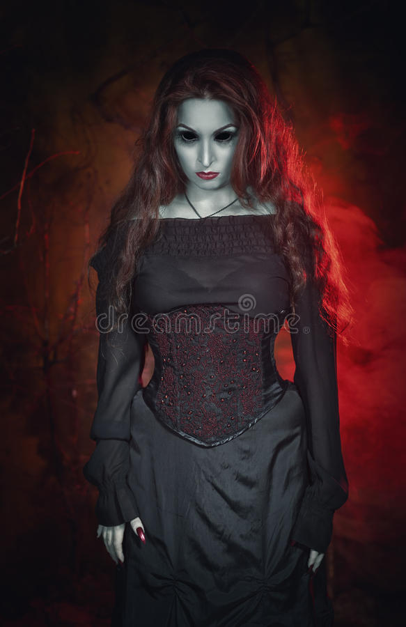 Bruja hermosa terrible de Halloween con el pelo largo imagenes de archivo