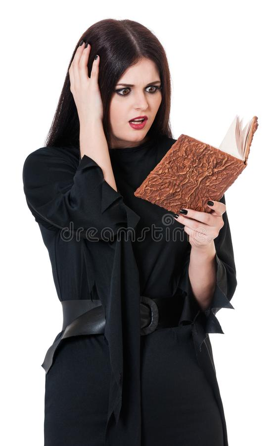 Bruja joven dada una sacudida eléctrica imagenes de archivo