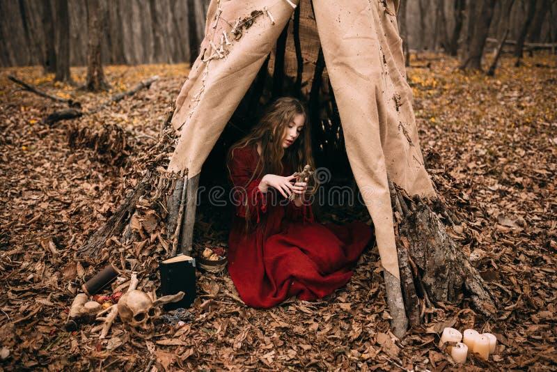 Bruja joven en el bosque del otoño fotografía de archivo