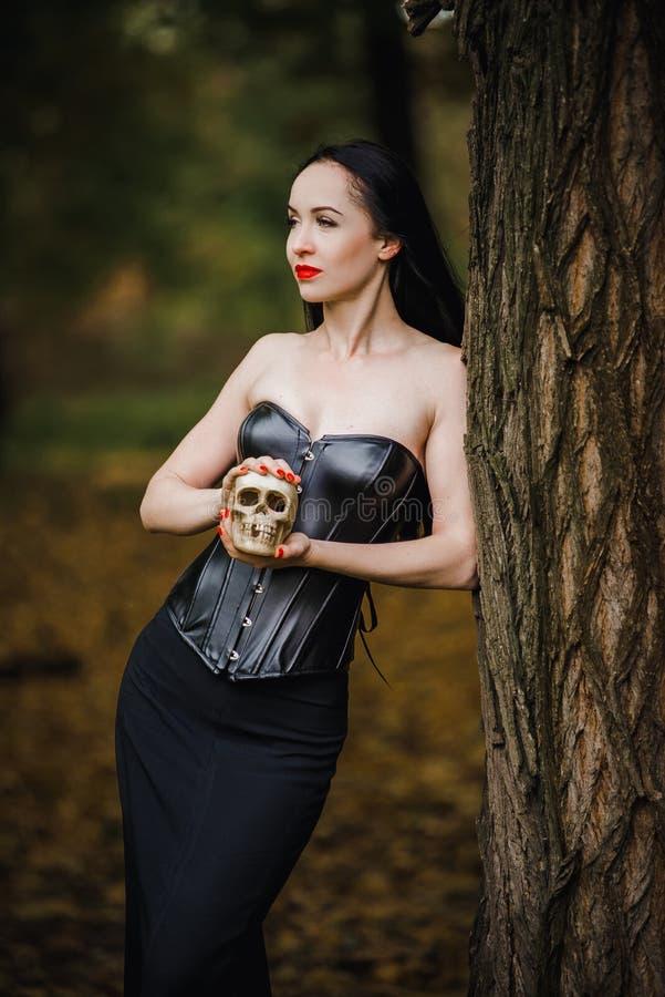 Bruja joven en el bosque del otoño imagen de archivo