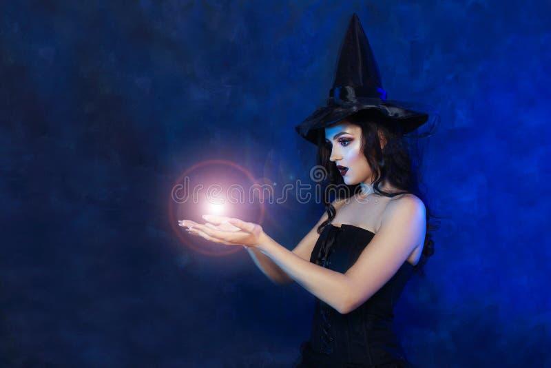 Bruja joven que hace magia fotos de archivo libres de regalías