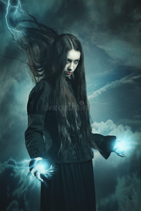 Bruja oscura que llama poderes del trueno imagenes de archivo