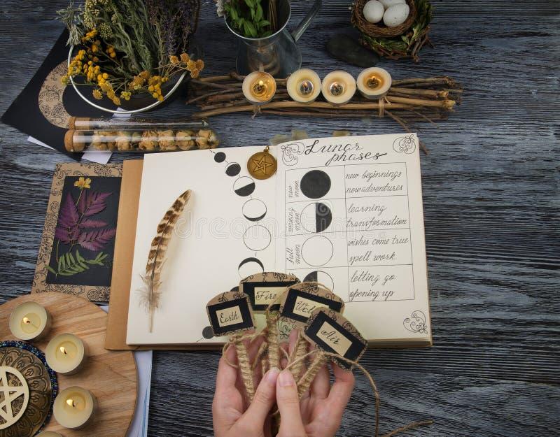 Bruja que prepara los ingredientes para el ritual de la luna foto de archivo