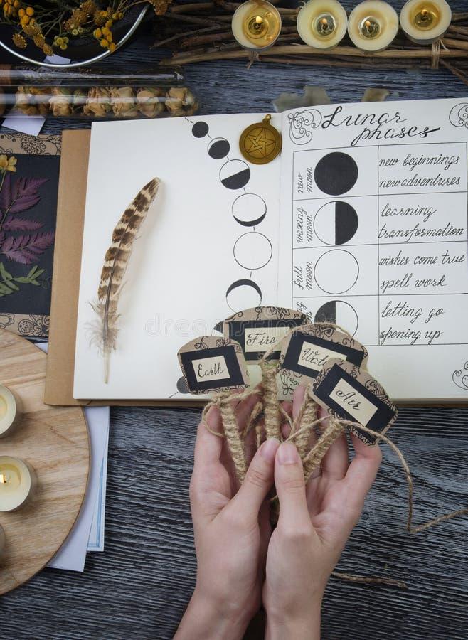 Bruja que prepara los ingredientes para el ritual de la luna foto de archivo libre de regalías