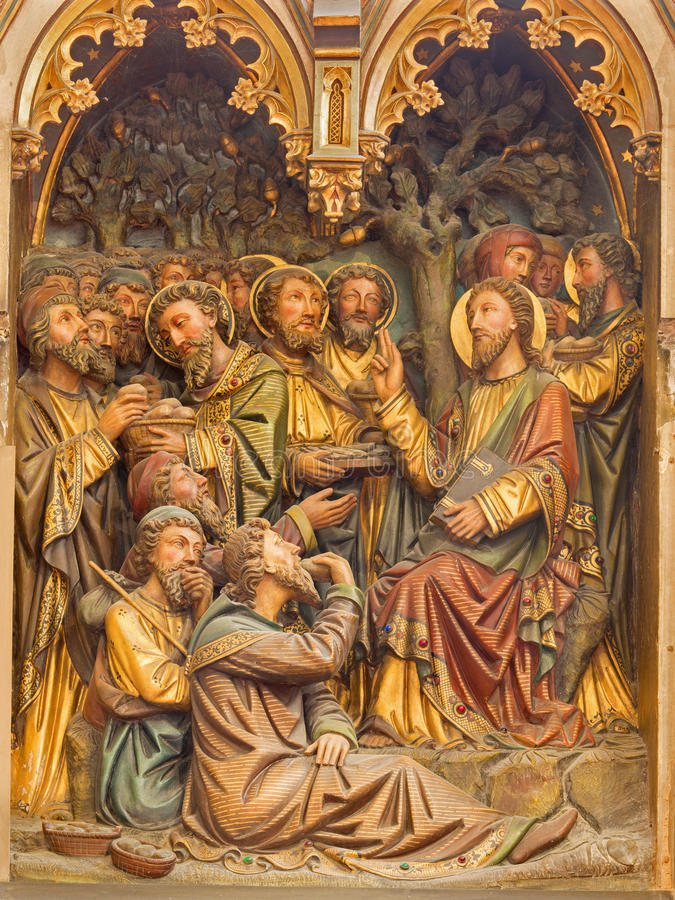 BRUJAS, BÉLGICA - 12 DE JUNIO DE 2014: El alivio tallado del milagro de multiplicar la comida en catedral del St Salvator fotos de archivo