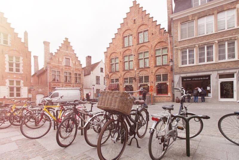 Brujas, Bélgica - 23 DE MARZO 2015: Bicis parqueadas en el strret de Brujas, Bélgica Destino del turismo en Europa fotografía de archivo libre de regalías