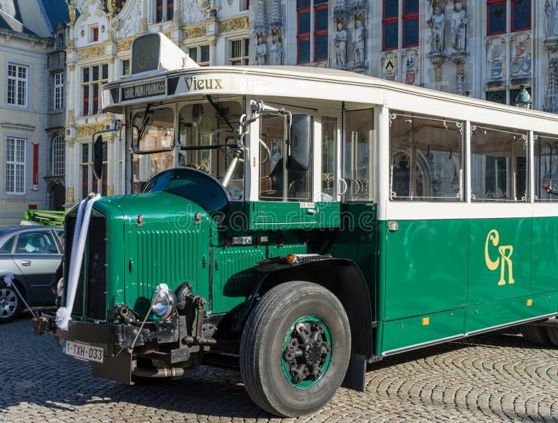 BRUJAS, BÉLGICA EUROPA - 25 DE SEPTIEMBRE: Autobús viejo fuera del Prov imagen de archivo libre de regalías