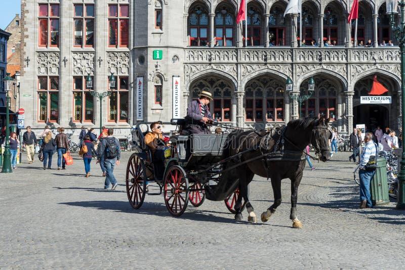 BRUJAS, BÉLGICA EUROPA - 25 DE SEPTIEMBRE: Caballo y carro en el mA fotografía de archivo libre de regalías