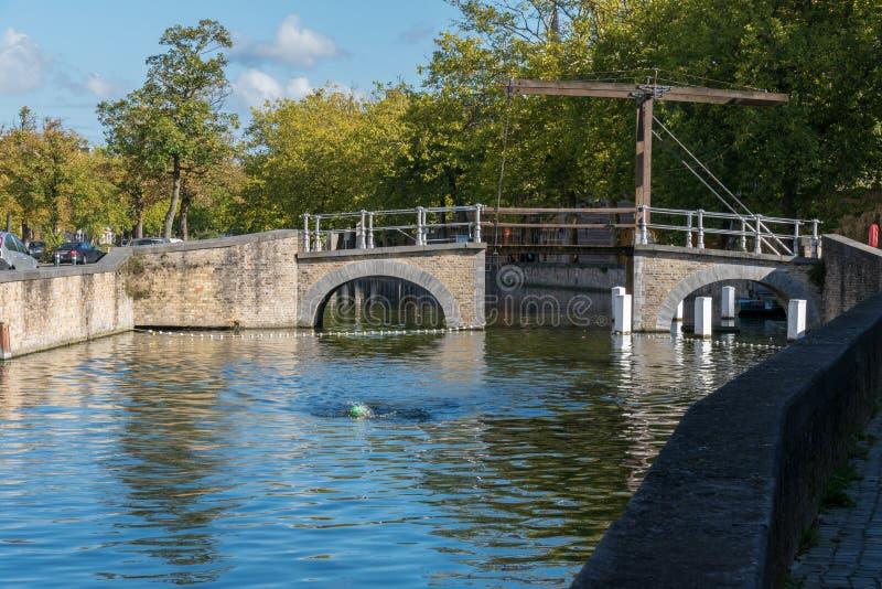 BRUJAS, BÉLGICA EUROPA - 26 DE SEPTIEMBRE: Puente sobre un canal en B imagen de archivo