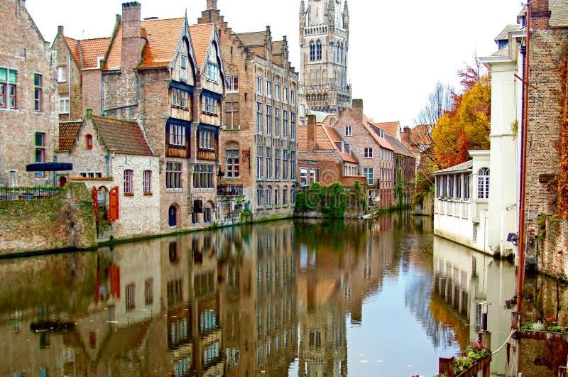 Brujas/Bélgica - otoño Edificios viejos de la ciudad en el canal Beauti fotos de archivo