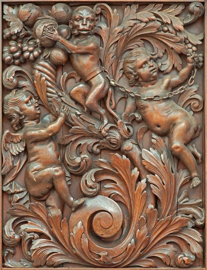 Brujas - el alivio simbólico tallado de ángeles con el mono en Karmelietenkerk (iglesia de Carmelites) foto de archivo libre de regalías