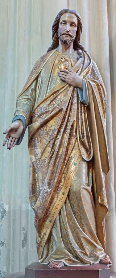 Brujas - el corazón de Jesús talló y estatua polychromed en nuestra iglesia de la señora a partir del 19 centavo imagenes de archivo