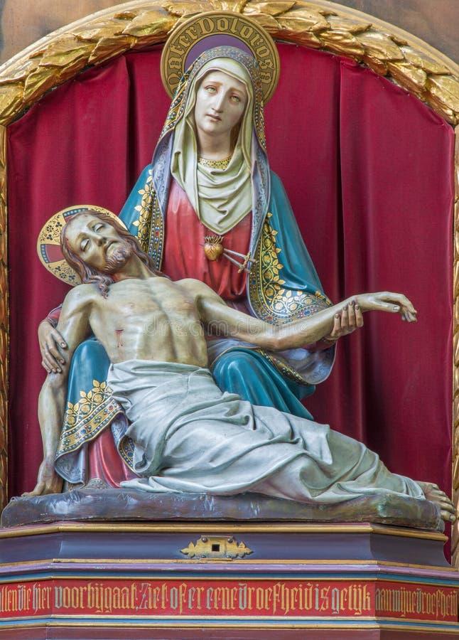 Brujas - el Pieta tallado neogótico en la iglesia del st Jacobs (Jakobskerk) imágenes de archivo libres de regalías