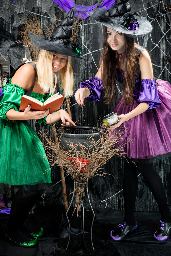 Brujas en sus pociones del brebaje de los sombreros fotos de archivo libres de regalías