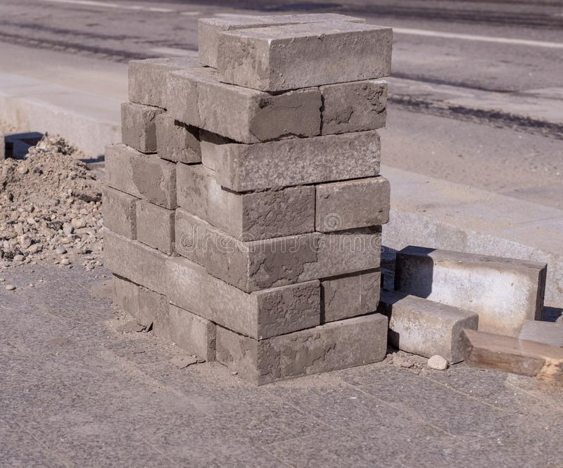 Bruków kamienie brogujący blisko drogi budowa, przemysłowa obraz royalty free