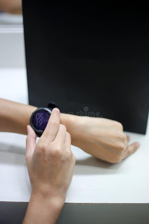Bruk av den smarta klockan för kondition att övervaka hennes kapacitet royaltyfri bild