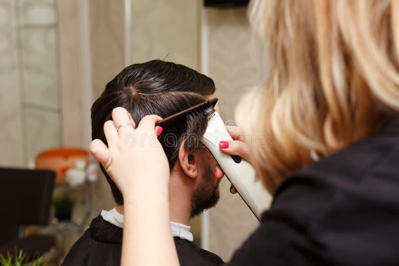 Bruk av hårtorken royaltyfri foto