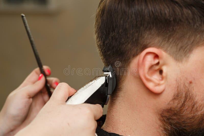 Bruk av hårtorken arkivfoto