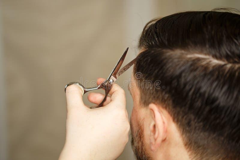 Bruk av hårtorken royaltyfri bild