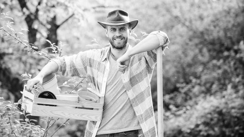 bruka och ?kerbruk odling Tr?dg?rds- utrustning muskul?s ranchman i cowboyhatt Eco lantg?rd Sexig bonde f?r sk?rd arkivbilder